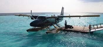 走出水上飛機,一腳踏進馬爾地夫的藍白色世界